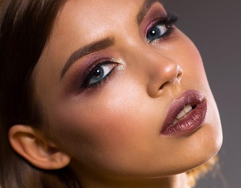 Sopracciglia occhi eyeliner: riempi le sopracciglia